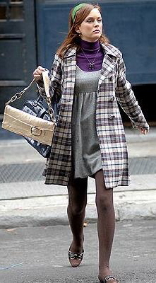エナメルのハイヒールを合わせて、綺麗目に。 同じくティーンを描いたドラマ「O.C.」と違うところは、NYが舞台なので冬服のコーデを見られること!
